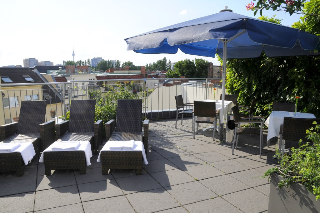 roof terrace upstalsboom hotel friedrichshain berlin. Black Bedroom Furniture Sets. Home Design Ideas